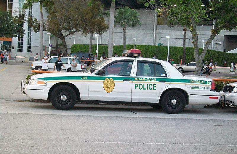 Każdy narkotykowy baron musi mieć w kieszeni lokalną policję (źródło: domena publiczna).