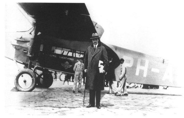 Szwed Ivar Kreuger miał zamiar utworzyć światowy monopol zapałczany. Przejęcie handlu tym towarem w Polsce było tylko jednym z kroków ku temu. Na zdjęciu przedsiębiorca wybiera się w podróż biznesową samolotem pasażerskim (źródło: domena publiczna).