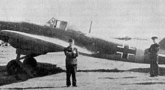 """Piloci eskadry """"Leonidas"""" (KG-200 """"V"""") stoją koło zdobycznego radzieckiego samolotu szturmowego Ił-2. Być może w kwietniu 1945 r., któryś z nich został kamikaze Hitlera."""