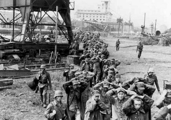 Załoga Westerplatte wytrwała na posterunku ponad sześć dni. Na zdjęciu polscy żołnierze idą do niemieckiej niewoli.