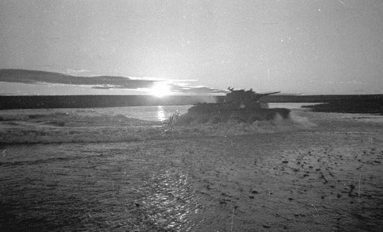 Radziecki czołg forsuje Chalchyn gol. Jak widać nie stanowiła ona żadnej przeszkody dla wojsk pancernych (fot. Wiktor Antonowicz Tiomin, domena publiczna).