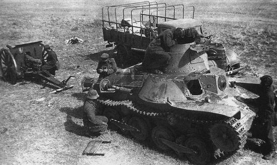 Mimo, że Japończycy walczyli zaciekle, to nie mieli szans na zwycięstwo. Sprawy zdecydowanie nie poprawiał przestarzały sprzęt bojowy. Na zdjęciu czerwonoarmiści oglądają zdobyczny czołg Typ 95 Ha-Go.