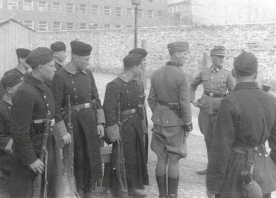Nastawienie dowództwa AK względem bojowników ŻOB uległo niewielkiej zmianie dopiero po tym jak ci zaczęli strzelać do Niemców. Na zdjęciu generał Jürgen Stroop i żołnierze jednostek pomocniczych na Umschlagplatzu w trakcie powstania w getcie.