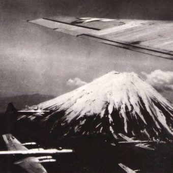 1. Amerykańskie B-29 lecą zbombardować kolejne japońskie miasto.