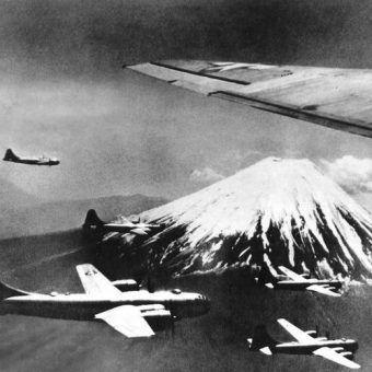 Amerykańskie B-29 na tle Fuji, lecą zbombardować kolejne japońskie miasto.