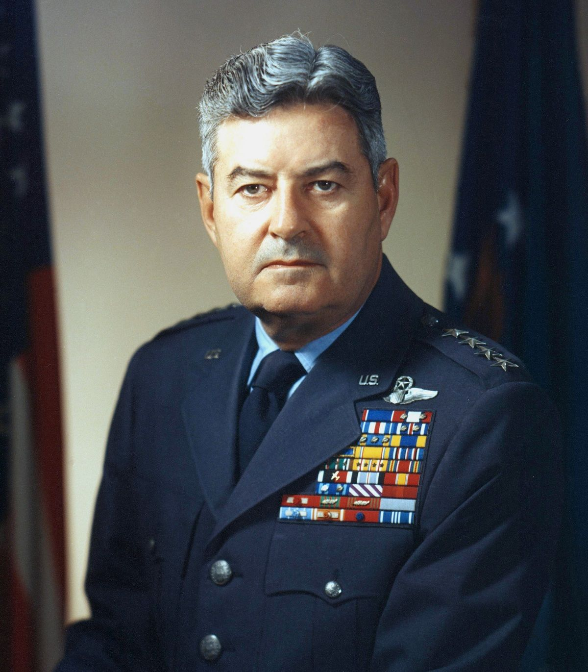Generał Curtis LeMay. To on przypieczętował los Tokio oraz innych japońskich metropolii (źródło: domena publiczna).