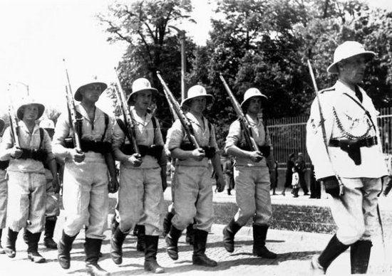 Pragnienie zdobycia kolonii w społeczeństwie II Rzeczpospolitej było bardzo silne. Wyrazem tego były organizowane przez Ligę Morską i Kolonialną dni kolonialne. Na zdjęciu członkowie toruńskiego oddziału organizacji podczas dni kolonialnych w 1939 roku.