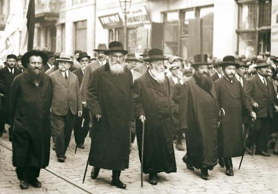 Według lansowanych, przez niektóre środowiska, w okresie II RP teorii Madagaskar miał być idealnym miejscem do wysłania polskich Żydów.