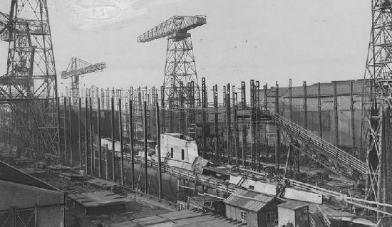 ORP Sęp w rotterdamskiej stoczni Droogdok Maatschappij. Początkowo nic nie zapowiadało nadciągających kłopotów z ukończeniem budowy okrętu.