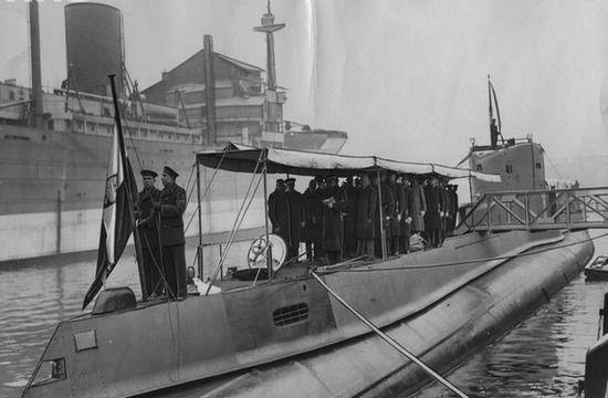 Po wodowaniu w styczniu 1939 r. Holendrzy za wszelką cenę chcieli opóźnić oddanie do służby OPR Sęp. Za wszystkim stał niemiecki wywiad.