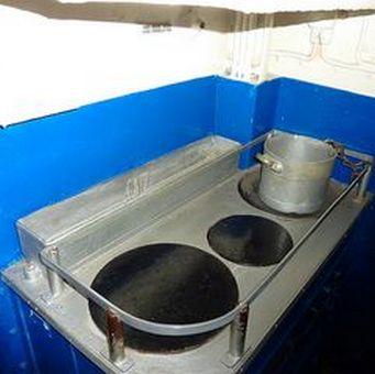 Kambuz na U-bootach typu VIIC mieścił się w rufowej części okrętu. Najważniejsza była elektryczna kuchnia, na której kuk przyrządzał posiłki. Na zdjęciu kambuz U 995 (fot. James Steakley; lic. CC ASA 3.0)