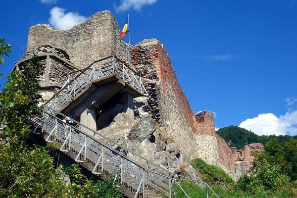 Ruiny Poenari. To z wieży tego zamku miała się rzucić Anastazja, która… już dawno wąchała kwiatki od spodu