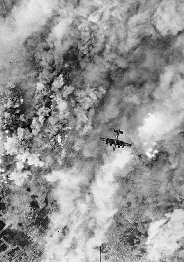 Brytyjski bombowiec Halifax w czasie jednego z licznych nalotów na Caen. Lipiec 1944 roku.