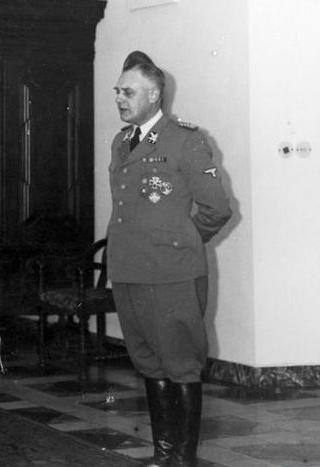 SS-Obergruppenführer Wilhelm Koppe w jedne z komnat Zamku Królewskiego w Krakowie. Zdjęcie wykonane niespełna miesiąc przed zamachem.