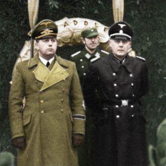 Wilhelm Koppe (z prawej) wraz z innym zbrodniarzem Josefem Bühlerem, podczas obchodów urodzin Adolfa Hitlera w Krakowie (źródło: domena publiczna; koloryzacja: Rafał Kuzak).