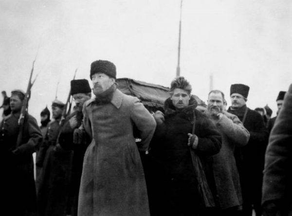 Problemem bezprizornych miał się zająć Feliks Dzierżyński. Na zdjęciu niesie trumnę z ciałem Lenina (domena publiczna).