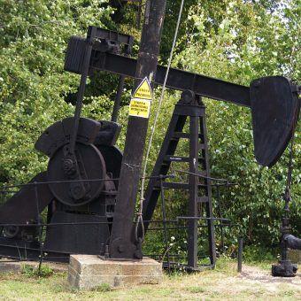 Kiwon, urządzenie do pompowania ropy naftowej w Muzeum Przemysłu Naftowego i Gazownictwa w Bóbrce (fot. Stanislaw Szydlo, na licencji CC BY-SA 3.0).