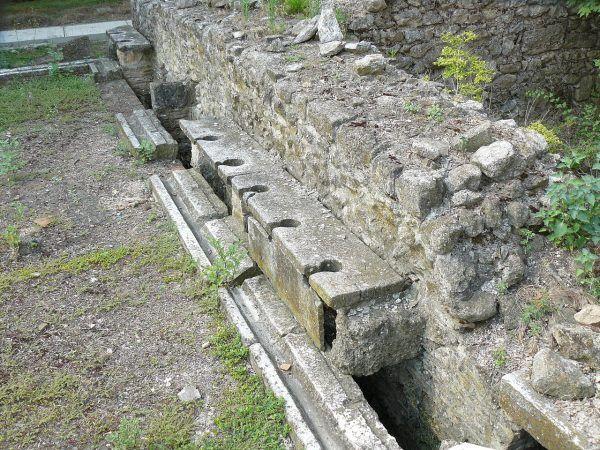 Toalety starożytnych Rzymian. Oni zdecydowanie lubili się załatwiać gromadnie i... koedukacyjnie.