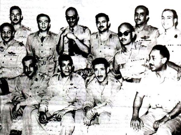 Naser w grupie Wolnych Oficerów, siedzi pierwszy z lewej. Dalej Nagib, Amir i Sadat (źródło: domena publiczna).