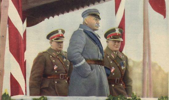 """Marszałek Józef Piłsudski odbiera defiladę w dniu Święta Niepodległości 11 listopada 1930 r. Zdjęcie pierwotnie opublikowane na okładce międzywojennego tygodnika """"Światowid""""."""