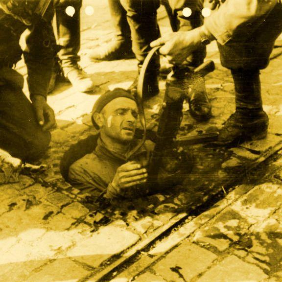 Podczas powstania warszawskiego kanały były przeważnie ostatnią drogą ucieczki. Jednak przynajmniej raz posłużyły do ataku na hitlerowców. Na zdjęciu żołnierz schwytany przez Niemców (źródło: Bundesarchiv, Bild 146-1994-054-30, CC-BY-SA 3.0).