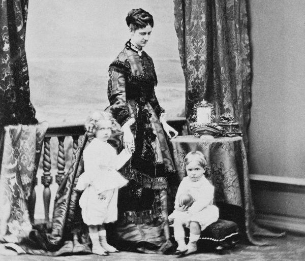 Już takim malcom wpajano zasadę: kochaj Austrię i cesarza. Na zdjęciu Maria Annuncjata, żona Karola Ludwika, i jej dwaj synowie: Franciszek Ferdynand i Otton.