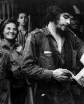 """Aleida i Che tuż po wkroczeniu partyzantów do Santa Clary w 1958 r.(zdjęcie udostępnione przez wydawnictwo SQN, pochodzi z książki """"Mój Che"""")."""