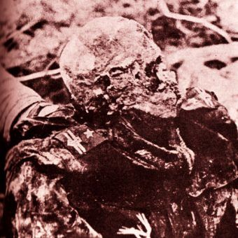 1943 rok, ekshumacja grobów polskich oficerów w Katyniu, ciało jednej z ofiar