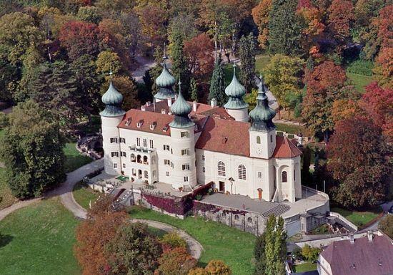 Rodzina arcyksięcia Karola Ludwika miesiące letnie spędzała na zamku Artstetten w dolinie Dunaju,. Ciekawe w której komnacie uczył się mały Franciszek Ferdynand (autor zdj. Arcomonte26, lic.CC-BY 3.0).