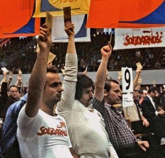 """Głosowanie na Krajowym Zjeździe NSZZ """"Solidarność"""" (fragment okładki książki """"Rewolucja Solidarności"""")."""