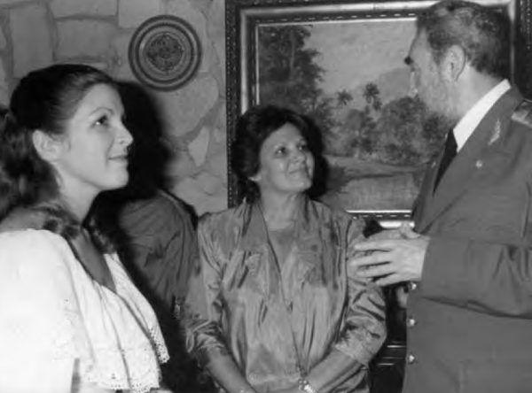Fidel, który dla własnych dzieci był co najmniej nienajlepszym ojcem, nie zapominał o osieroconym potomstwie swego przyjaciela Che. Tu na ślubie Aleidity (najstarszej córki Aleidy i Che). Po środku matka panny młodej.