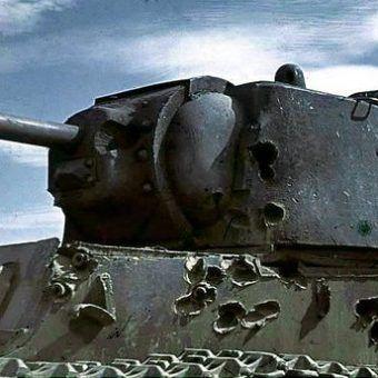 Czołg KW-1 ze śladami wielokrotnych trafień na pancerzu (fot. Bundesarchiv, Bild 169-0441, CC-BY-SA 3.0).