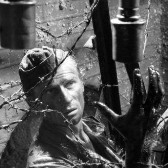 """Kanały okazały się dla wielu powstańców ostatnią deską ratunku. Czyhało tam jednak na nich wiele niebezpieczeństw. Na zdjęciu kadr z filmu Andrzeja Wajdy """"Kanał""""."""