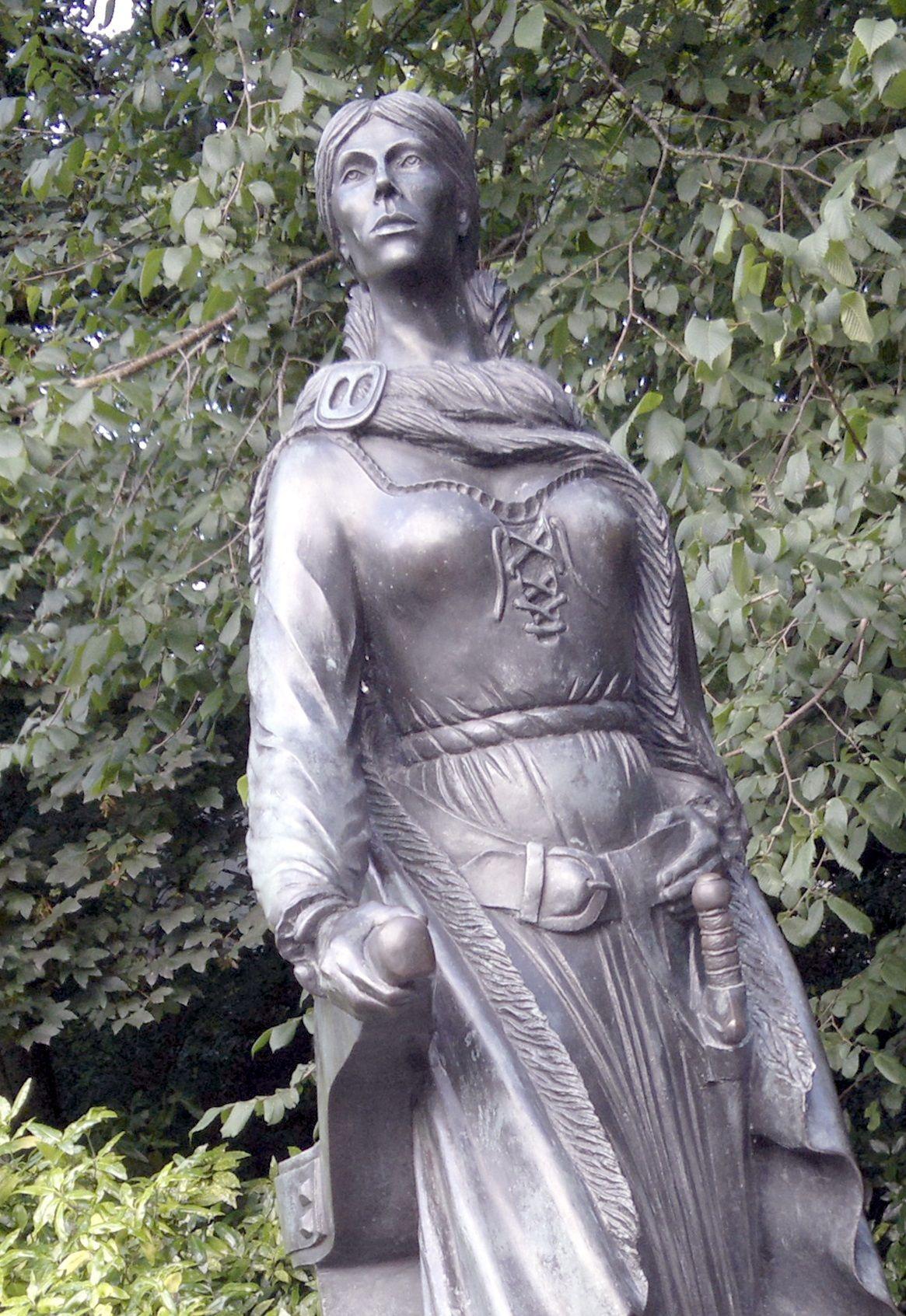 Brązowa statua królowej piratów stojąca w Westport House.