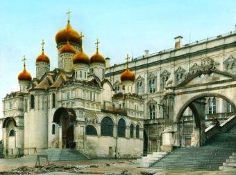 Ukryte gdzieś za tymi murami bije gastronimiczne serce Kremla - kuchnia żywiąca kolejnych dyktatirów.
