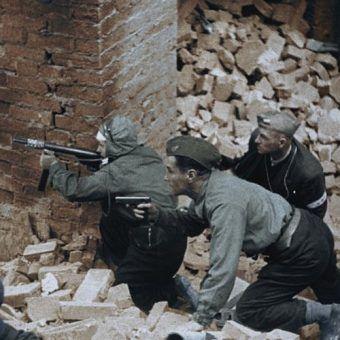 """Powstanie Warszawskie rozpoczęło się 1 sierpnia o 17.00? Nic z tych rzeczy. Do pierwszych walk doszło już kilka godzin wcześniej. Na ilustracji kadr z filmu """"Powstanie Warszawskie""""."""