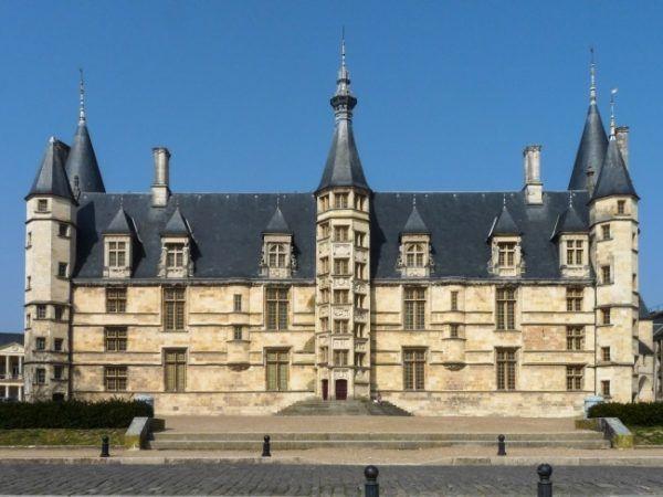 Pałac książęcy w Nevers. To tu mieszkała późniejsza królowa Ludwika Maria Gonzaga. Być może w jednej z komnat przyszła na świat jej chrzestna córka Marysieńka? (fot. Aleksandra Zaprutko-Janicka)