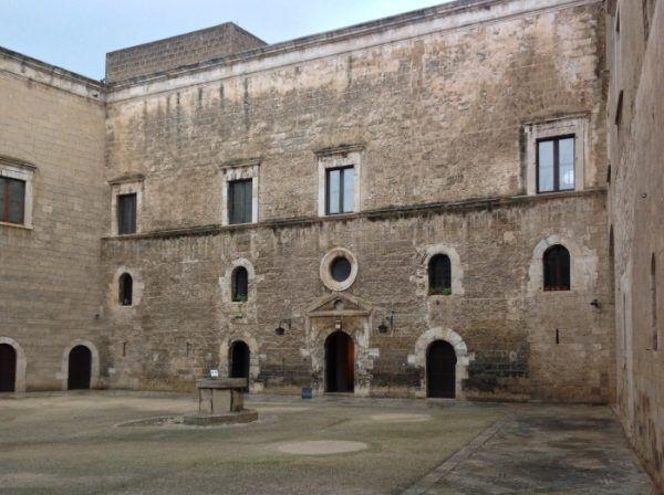 Dziedziniec zamku w Bari. To w tej ponurej rezydencji straciła życie Bona Sforza (fot. Kamil Janicki).