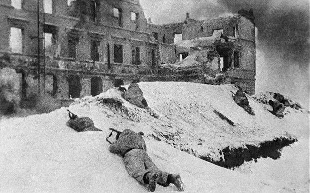 Ruiny i śnieg, czyli codzienność walczących w Stalingradzie.