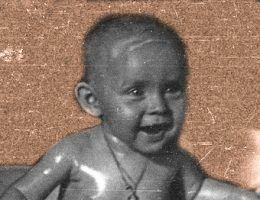 Kiedy wybuchły walki, niemowlęta nie zniknęły cudownym sposobem z Warszawy. Na zdjęciu Elżbieta Wojciechowska w wieku 6 miesięcy. Zdjęcie to wykonał w połowie sierpnia 1944 roku jej ojciec, Edward Wojciechowski, który fotografował powstanie z perspektywy cywila.
