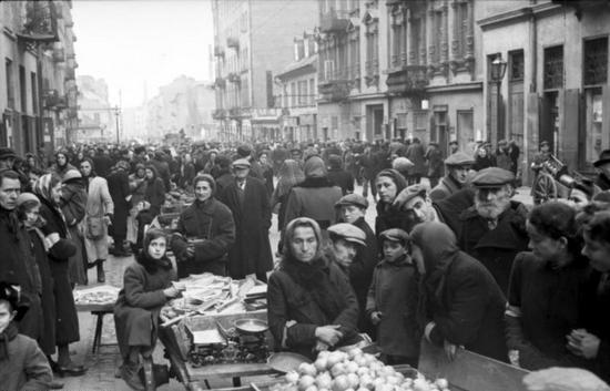 W warszawskim getcie znalazły się dziesiątki tysięcy dzieci. Wśród nich była również Mary Berg (źródło: Bundesarchiv; fot. Ludwig Knobloch; lic. CC BY-SA 3.0).