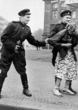 Żadna Niemka nie mogła czuć się bezpiecznie, gdy w pobliżu byli czerwonoarmiści.