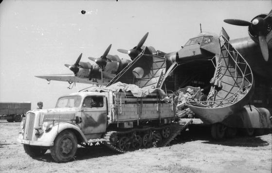 """Messerschmitt Me 323 """"Gigant"""" bez problemu mogły transportować działa, ciężarówki a nawet lekkie czołgi. Dlatego tak ważne było wyeliminowanie tych maszyn z walki (źródło: Bundesarchiv; lic. CC ASA 3.0)."""