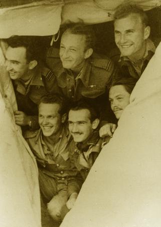 Piloci Polskiego Zespołu Myśliwskiego. Pierwszy z lewej kpt. Wacław Król. Zdjęcie wykonane w Afryce Północnej.