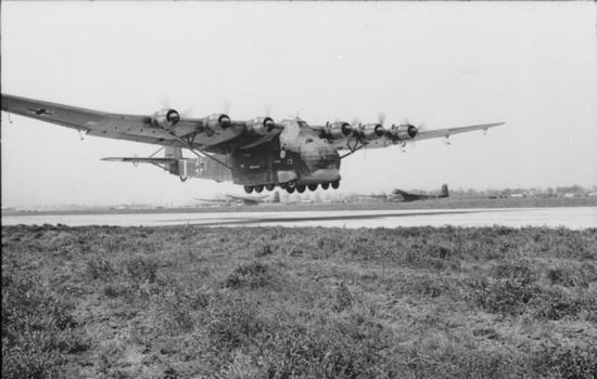 """Messerschmitty Me 323 """"Gigant"""" w pełnej okazałości. Jego rozmiary naprawdę robią wrażenie. Wystarczy wspomnieć, że rozpiętość skrzydeł wnosiła ponad 55 metrów! (źródło: Bundesarchiv; lic. CC ASA 3.0)."""