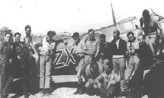 W akcji z 22 kwietnia wzięło udział sześciu pilotów Polskiego Zespołu Myśliwskiego: Karol Pniak (trzeci od lewej), Eugeniusz Horbaczewski (czwarty od lewej), Kazimierz Sporny (pierwszy od lewej), Jan Kowalski (drugi z prawej), Marcin Machowiak (siódmy od lewej) i Kazimierz Sztramko (ósmy od lewej).