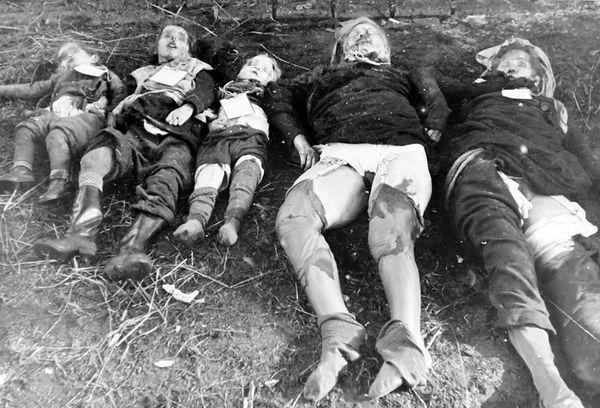 Dużo mówi się o gwałtach czerwonoarmistów na Niemkach, trzeba jednak pamiętać o tym, że również wiele Polek padło ofiarą krasnoarmiejców. Na zdjęciu Dwie Niemki z Metgethen (obecnie dzielnica Kaliningradu) zgwałcone a następnie zamordowane wraz z dziećmi (źródło: domena publiczna).