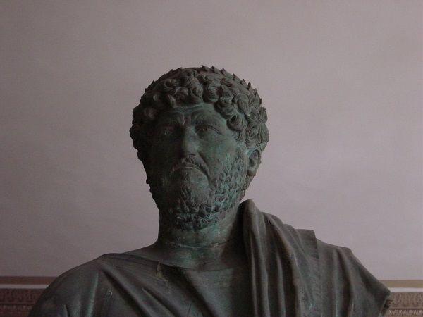 Cesarz Hadrian nie słynął z okrucieństwa, nie przeszkodziło mu to jednak wbić niewolnikowi pióro w oko (zdjęcie opublikowane na licencji CCA SA 3.0, autor Giovanni Dall'Orto).