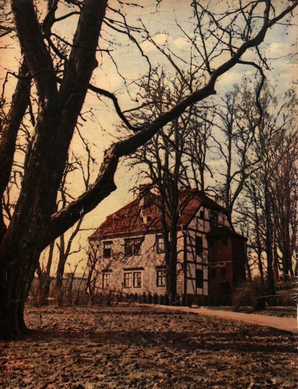 Dom, w którym przetrzymywano w trakcie internowania Józefa Piłsudskiego. W sierpniu 1937 r. burmistrz Magdeburga podarował go polskim władzom. Został on rozebrany i przetransportowany do Warszawy, gdzie odbudowano go na tyłach Belwederu (źródło: domena publiczna).