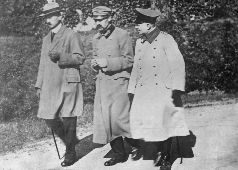 Józef Piłsudski, Kazimierz Sosnkowski i oficer armii niemieckiej Schlossmann w czasie spaceru na terenie twierdzy w Magdeburgu